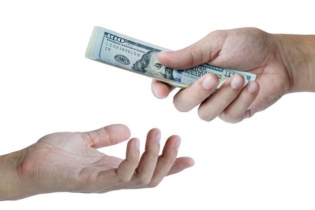 Une main donne et une main prend des billets en dollars américains. concept de trésorerie et de paiement.
