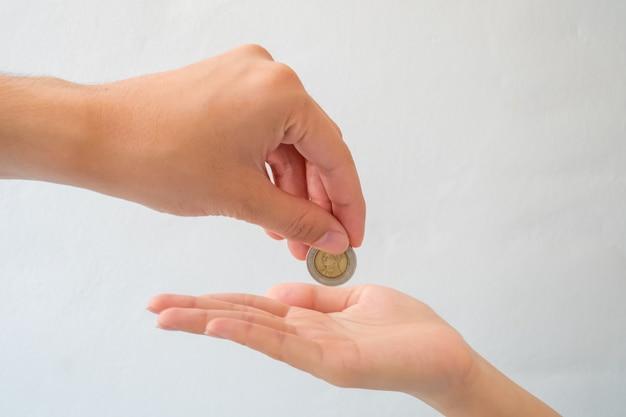Main donner de l'argent isoler sur fond blanc