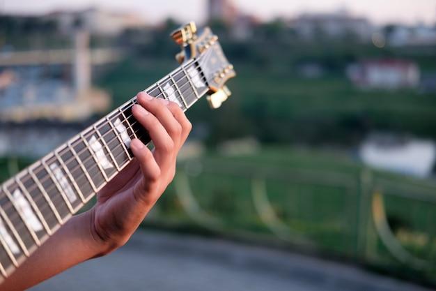 Main du guitariste accord parfait sur un grif de guitare électrique,