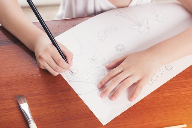 Main d'écolière, dessin d'image au crayon, concept de l'éducation.