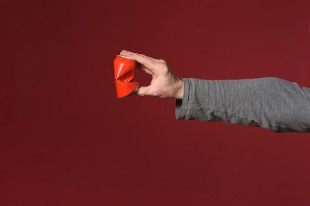 Main écraser une boîte de conserve peut se fermer
