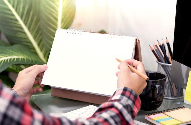 Main d'écriture pour travailler et planifier ce mois-ci