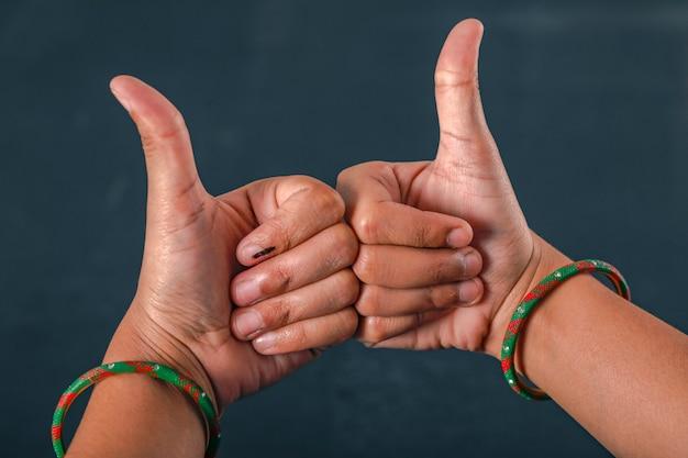 Main d'électeur indien avec signe de vote