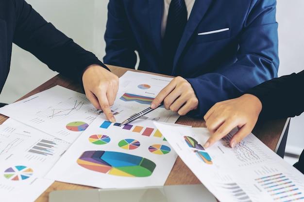 Main, employé, directeur marketing, pointage, discussion, document affaires, réunion, roo
