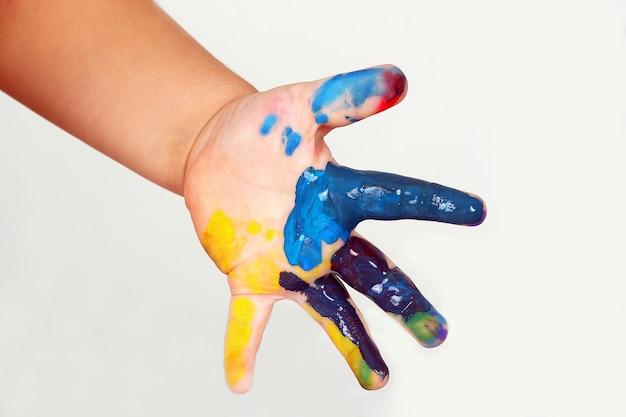 La main de l'enfant tachée de la couleur de la peinture