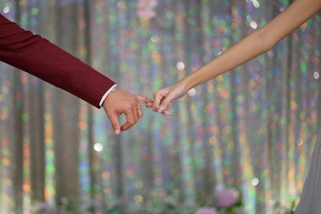 Main ensemble couple amoureux, concept romantique et heureux, couple de mariage, marié et main de mariée