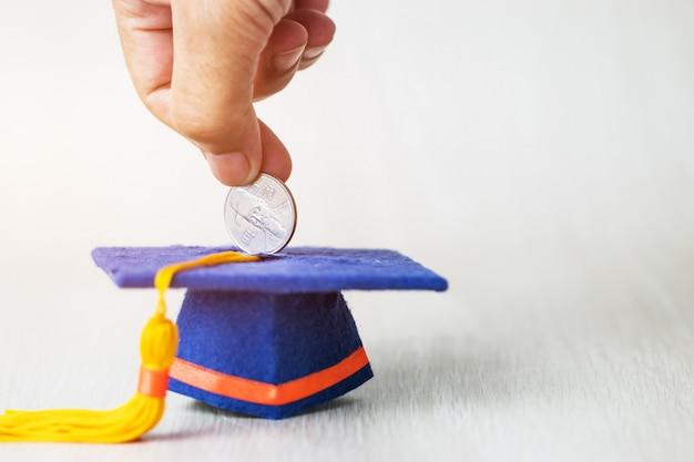 La main d'un étudiant abandonnant l'investissement sud-coréen gagné de l'argent au fonds de graduation économiser de l'argent