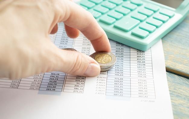 Main faire des finances et calculer sur le bureau le coût