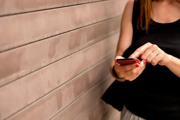 Main femelle avec téléphone portable