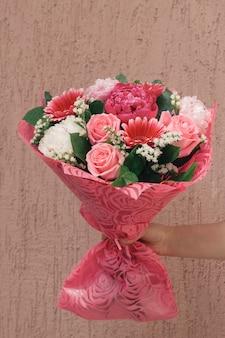 Main féminine avec beau bouquet de fête douce