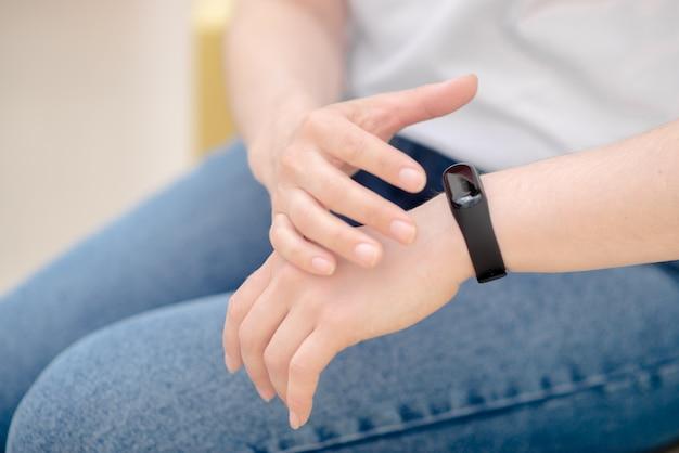Main féminine avec bracelet intelligent. montre intelligente au poignet.
