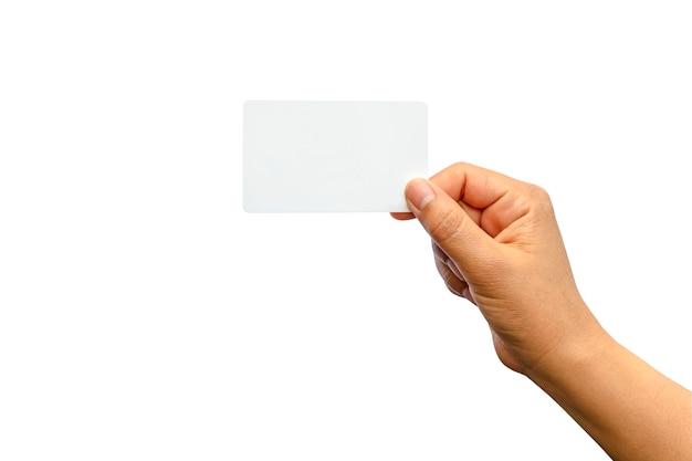 Main féminine avec une carte vierge isolée sur fond blanc avec un tracé de détourage.