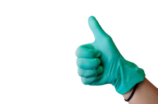 La main féminine dans un gant en latex bleu fait des pouces comme un geste