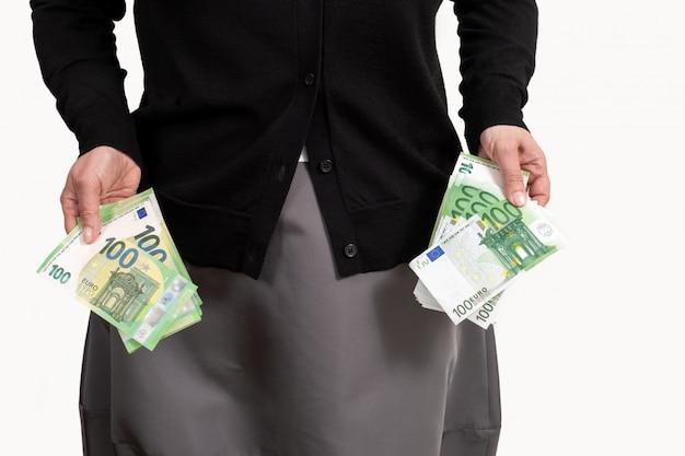 Main féminine détient euro poche fond blanc argent