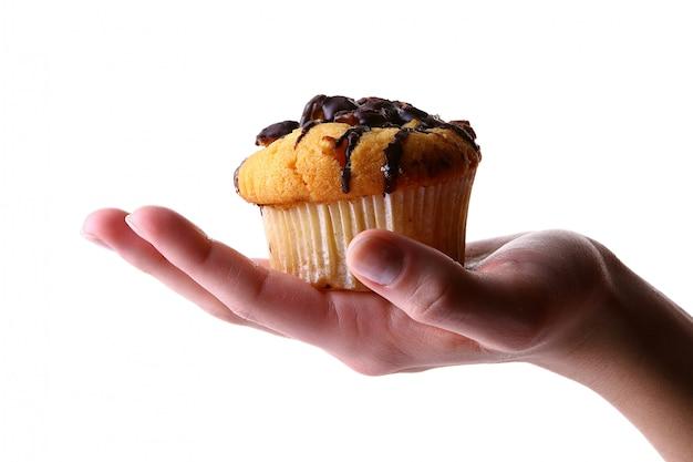Main féminine avec gâteau aux fruits