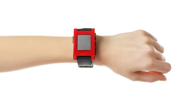 Main féminine avec moniteur de fréquence cardiaque watch sur fond blanc