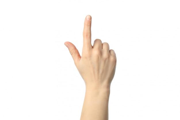 Main féminine montrant le doigt, isolé sur une surface blanche.