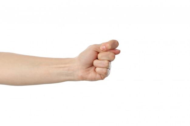 Main féminine montrant le geste, isolé sur une surface blanche