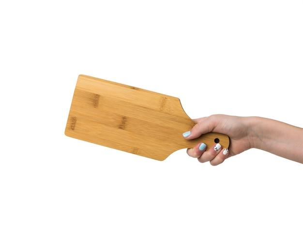 Main féminine avec planche à découper isolé sur surface blanche
