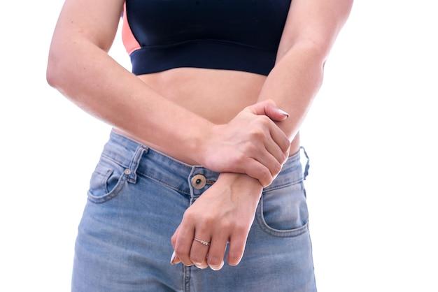 Main féminine sur le poignet isolé sur blanc