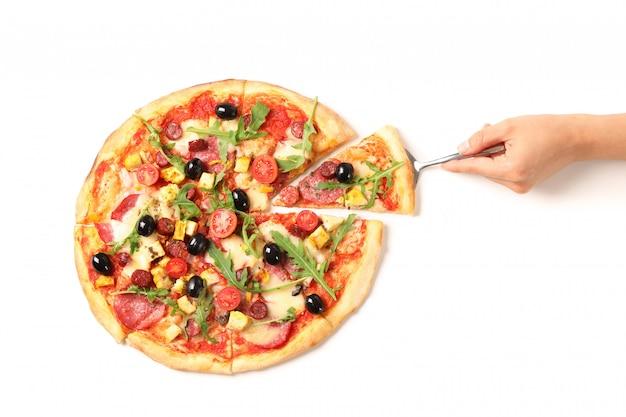 Main féminine prend un morceau de pizza, isolé sur fond blanc
