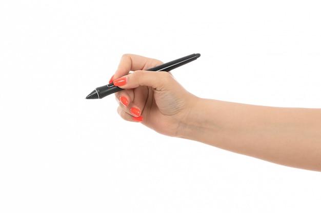 Une main féminine vue de face avec des ongles colorés tenant un stylo sur le blanc