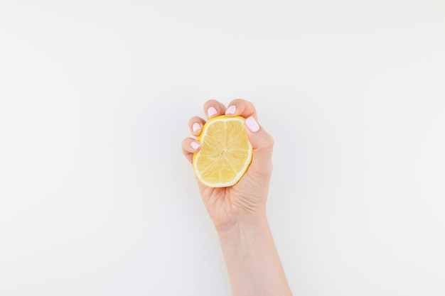 Main de femme au citron