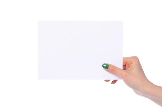 Main de femme avec bannière en papier isolé sur fond blanc