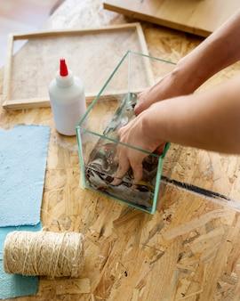 Main de femme dissolvant le papier déchiré dans l'eau