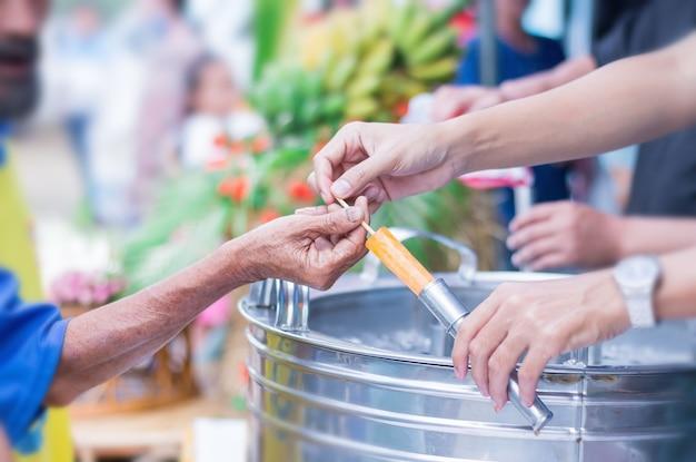 Main de femme donne la glace à un homme âgé