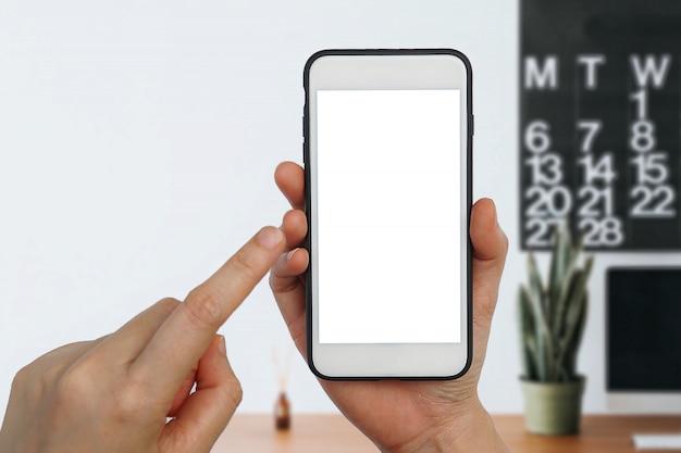 Main de femme sur écran tactile vide smartphone mobile sur fond blanc.