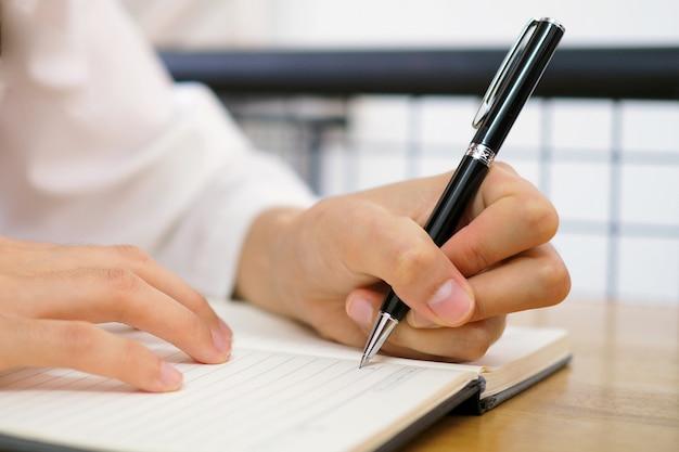 La main de la femme est écrite en utilisant la main gauche.