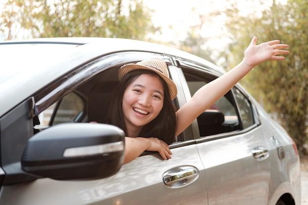 Main femme heureuse se détendre et profiter de voyage sur la route.