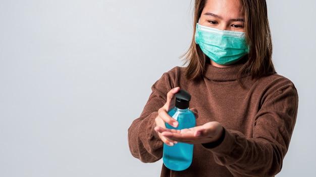 Main de femme lave par gel d'alcool à partir de la bouteille de la pompe. prévention et contrôle des flambées épidémiques de protact coronavirus (covid-19).
