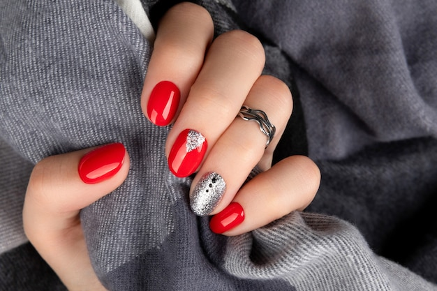 Main de femme avec manucure rouge à la mode