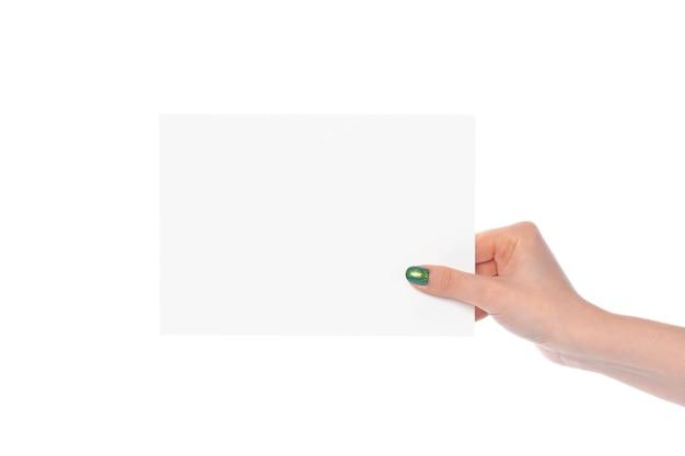 Main de femme montrant une bannière de papier blanc isolé sur fond blanc
