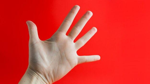 Main de femme montrant cinq doigts.