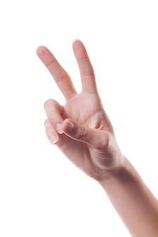 Main de femme montrant le signe de la victoire isolé sur blanc. le langage du corps.