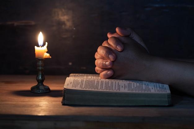 La main de la femme a prié
