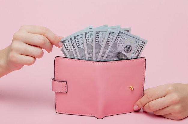 Main de femme retirer de l'argent du portefeuille