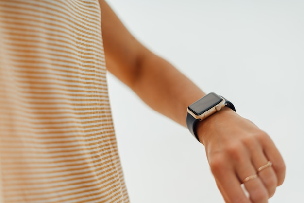 Main de femme avec smartwatch. technologie sans fil moderne.