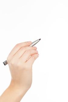 Main de femme avec un stylo ou un marqueur