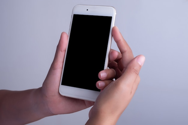 Main de femme et téléphone intelligent