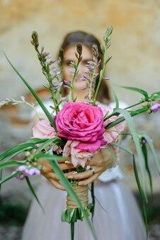 Main de femme tenant le bouquet de fleurs fraîches
