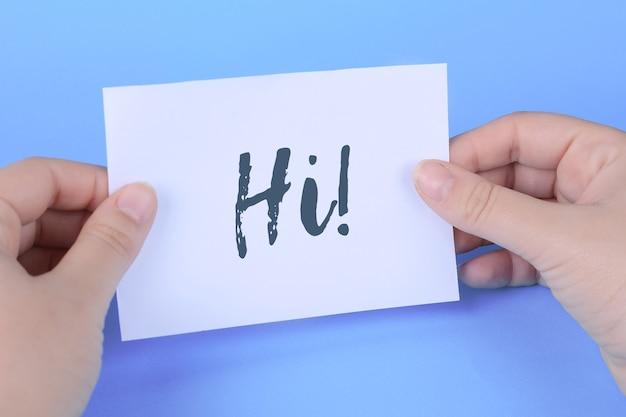 Main de femme tenant carte avec des mots