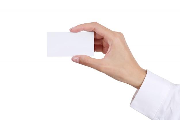 Main de femme tenant une carte de visite vide isolée sur blanc