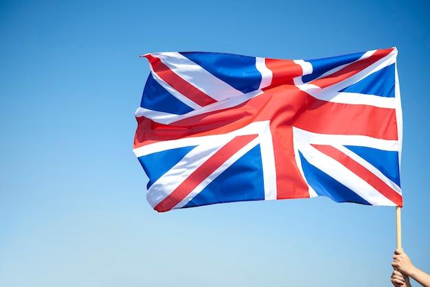 Main de femme tenant le drapeau britannique