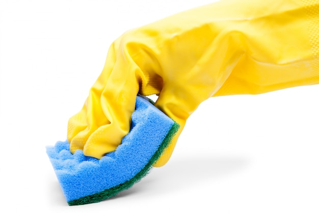 Main de femme tenant une éponge de nettoyage isolée sur blanc