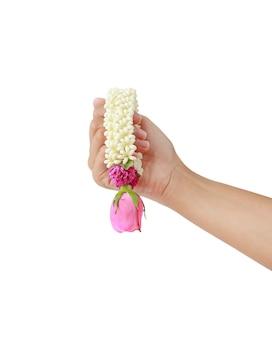Main de femme tenant une guirlande thaïlandaise pour le respect isolé sur fond blanc.