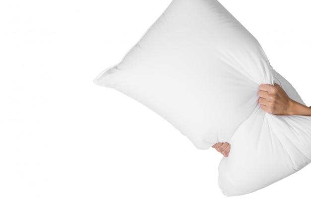 Main de femme tenant un oreiller blanc pour combattre isolé sur blanc
